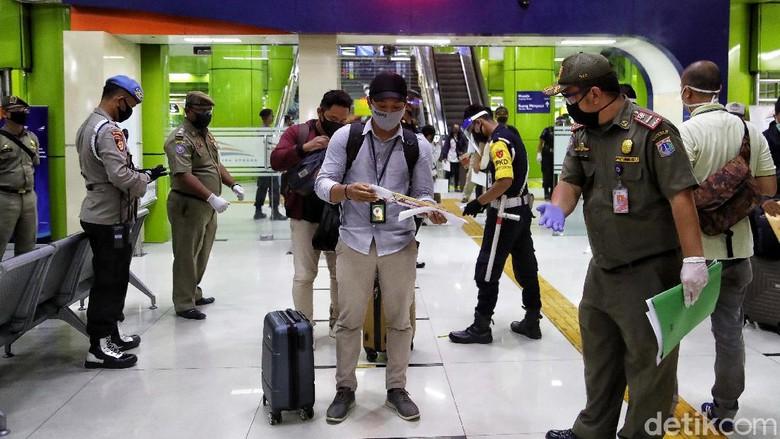 Petugas gabungan perketat pemeriksaan penumpang dari luar kota yang tiba di Stasiun Gambir. Hal itu dilakukan sebagai upaya pencegahan penyebaran virus Corona.