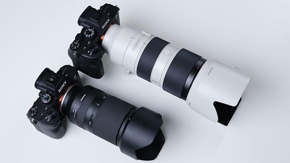 Kiri: Tamron 70-180mm dibandingkan Sony GM 70-200mm (kanan) terlihat lebih ringkas.