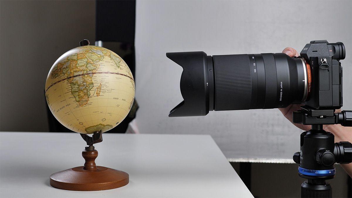 Lensa ini bisa fokus sangat dekat, yaitu 27cm, tapi dalam kondisi manual fokus dan jarak fokal 70mm saja.