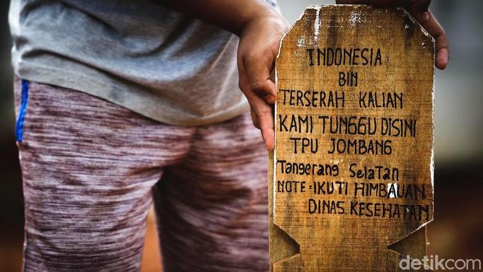 Nisan bertuliskan Indonesia bin Terserah Kalian terlihat  di antara nisan-nisan yang berada di kawasan TPU Jombang, Tangerang Selatan. Berikut potretnya.