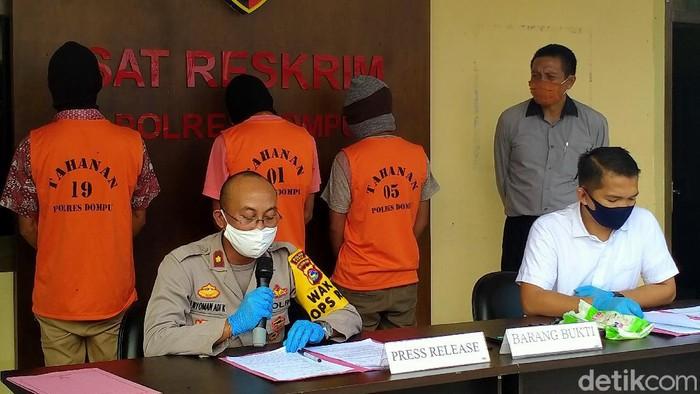 Polisi mengamankan anggota geng kelelawar di Dompu, NTB (Faruk/detikcom)