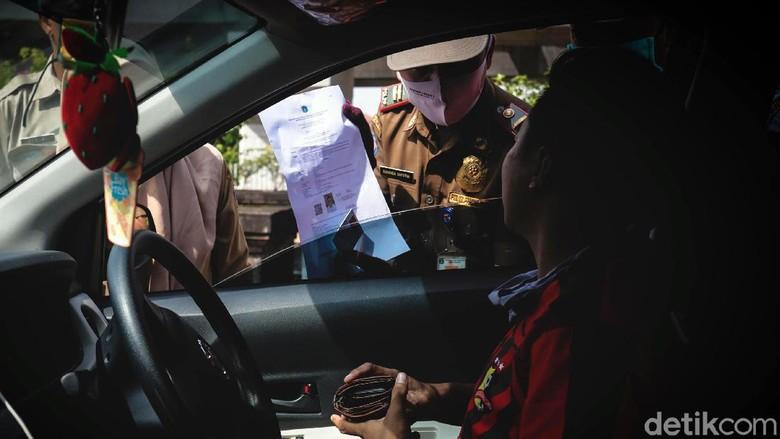 Ditlantas Polda Metro Jaya perketat pemeriksaan SIKM Jakarta bagi pemudik yang hendak kembali ke Ibu Kota. Pemeriksaan itu salah satunya dilakukan di perbatasan
