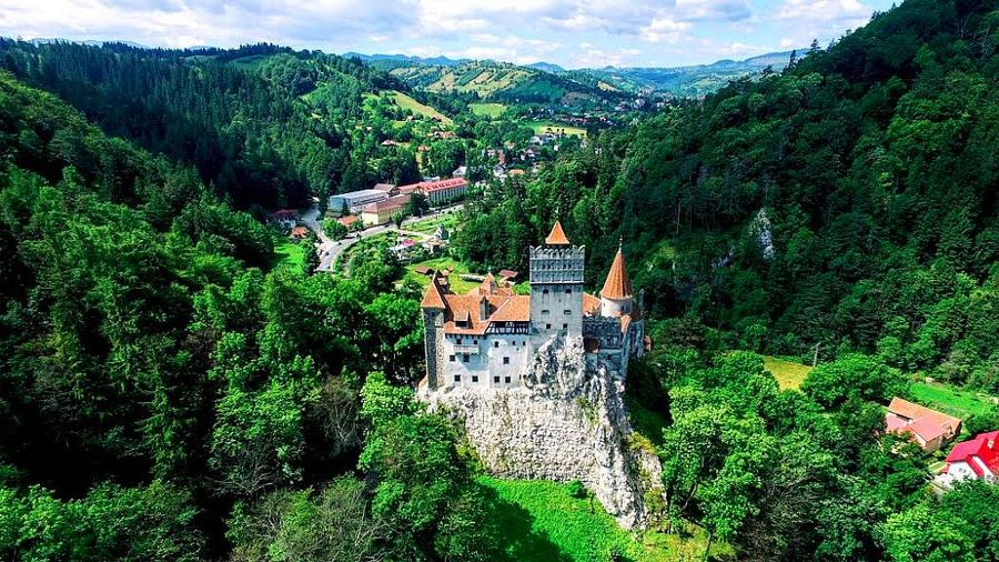 Rumania terkenal dengan banyaknya bangunan kastil yang mempesona, sehingga banyak dijadikan latar belakang pembuatan film atau buku-buku fiksi.