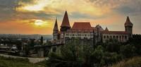 Banyak kisah yang menyelimuti kastil ini. Corvin Castle dulunya juga pernah menjadi penjara dan benteng pertahanan. Bahkan masyarakat Rumania juga percaya bahwa kastil ini adalah tempat tinggal dan asal muasal dari Drakula. Istimewa/Neighbors goat/rove.me