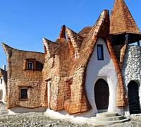 Castelul de Lut Valea Zanelor terbuat dari bahan-bahan organik seperti tanah liat, jerami, pasir, kayu, pilar, dan tulang. Kastil ini sama sekali tidak menggunakan cat atau pernis modern. Istimewa/dok.Castelul de Lut Valea Zanelor