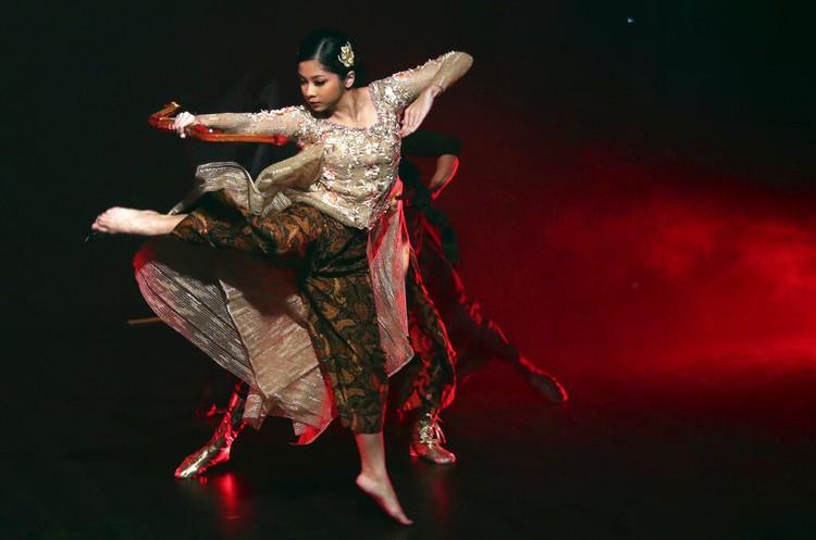 Para penari ini ngamen lewat platform Youtube yang dibantu oleh koreografer karena mereka terancam kehilangan pekerjaannya akibat pandemi Corona.