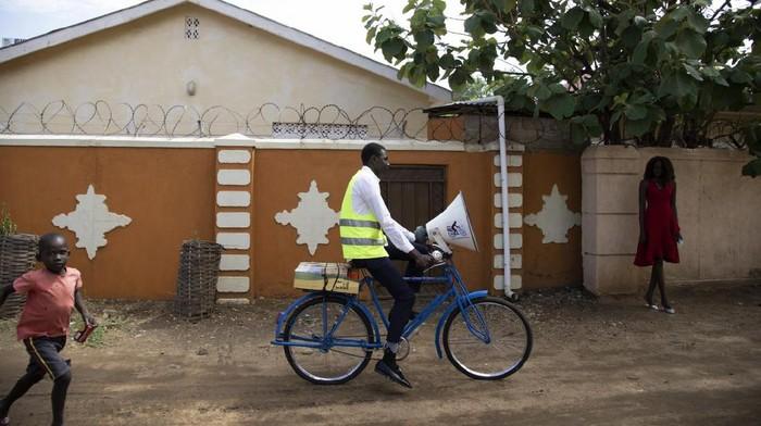 Akses informasi yang terbatas ditambah 2/3 warga buta huruf membuat perang melawan Corona menjadi sulit di Sudan. Sepeda menjadi salah satu 'vaksinnya'. Kok bisa?