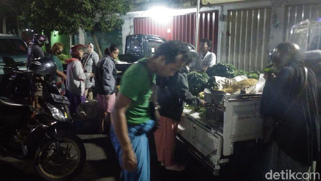 Pasar Jember Ditutup, Pedagang Jualan di Jalan Tanpa Protokol Kesehatan