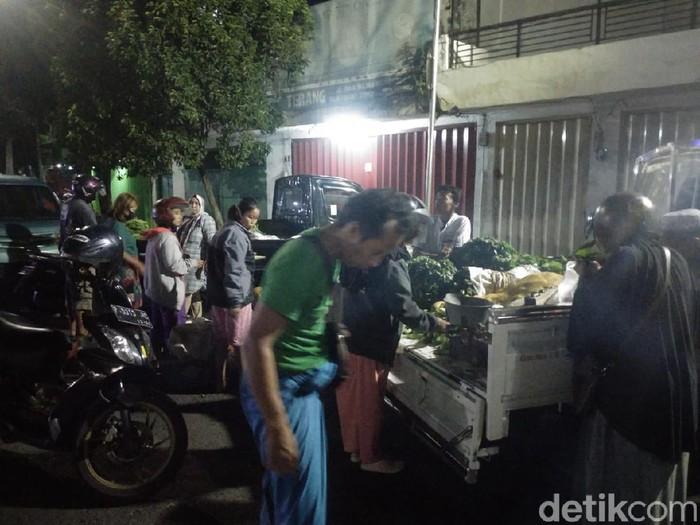 Puluhan pedagang menggelar lapak di Jalan Sultan Agung tanpa menerapkan protokol kesehatan. Mereka berjualan di jalan bekas ruko yang ambruk tersebut, karena Pemkab Jember menutup pasar tradisional untuk mencegah penyebaran virus Corona.