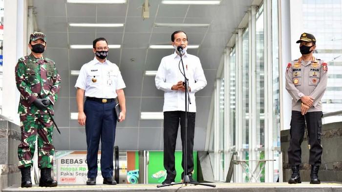 Presiden Joko Widodo melakukan peninjauan ke stasiun MRT. Peninjauan itu dilakukan dalam rangka kesiapan penerapan prosedur new normal di sarana publik.