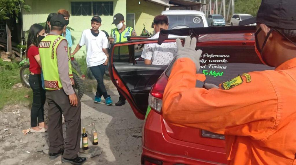 Pasangan Remaja Sembunyikan Miras Saat Terjaring PSBB di Sukabumi