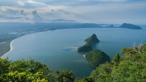 July 2016 : Climbing Khao Lommuak to see bay on 360 eye view