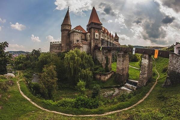 Kastil Kedua yaitu Kastil Corvin yang termasuk ke dalam 7 keajaiban yang berada di Rumania. Kastil megah ini juga termasuk ke dalam kastil termegah di Eropa. Bangunan megah ini dibangun pada abad ke 14 di bawah perintah John Hunyadi bersama putranya Matthias Corvinus. Keluarga ini merupakan salah satu keluarga berpengaruh di Eropa. Jadi Kastil Corvin juga dikenal dengan nama Hunyadi Castle dan Hunedoara Castle. Istimewa/Carcea Daniel/rove.me