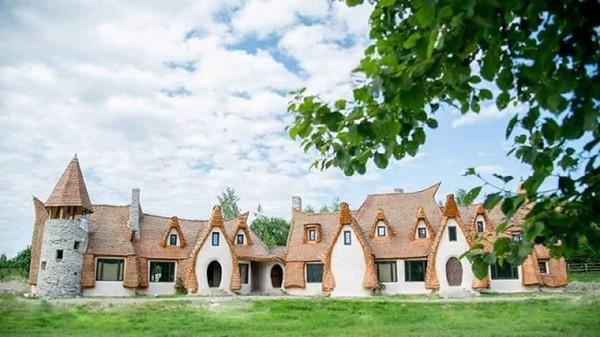 Jika diperhatikan, kastil ini terlihat seperti rumah Hobbit. Bagaimana menurutmu? Istimewa/dok.Castelul de Lut Valea Zanelor