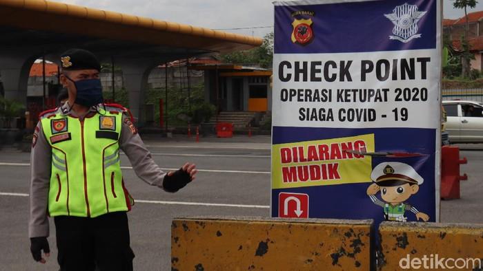 Petugas gabungan yang melakukan penyekatan di Gerbang Tol Cileunyi, Kabupaten Bandung memutar balikan sejumlah kendaraan pemudik yang hendak kembali ke Jakarta.
