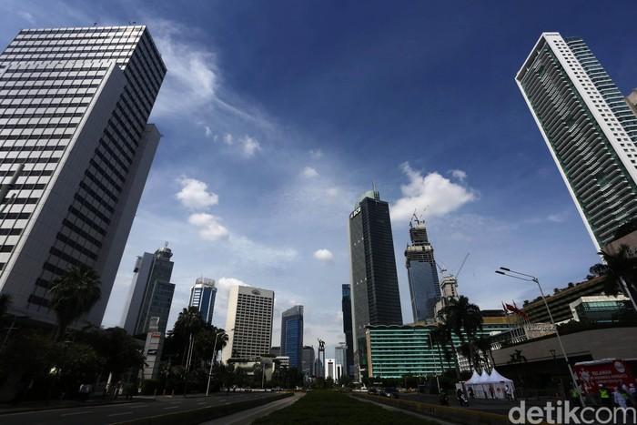 Langit Jakarta terpantau cerah dan membiru pada Idul Fitri kemarin. Hari ini, Selasa (26/5/2020), konsidi juga cenderung cerah.