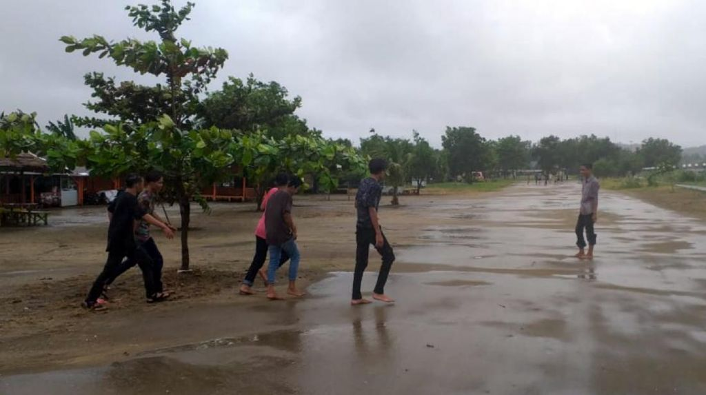 Gelombang Tinggi di Sukabumi, Air Laut Meluber ke Jalan Raya