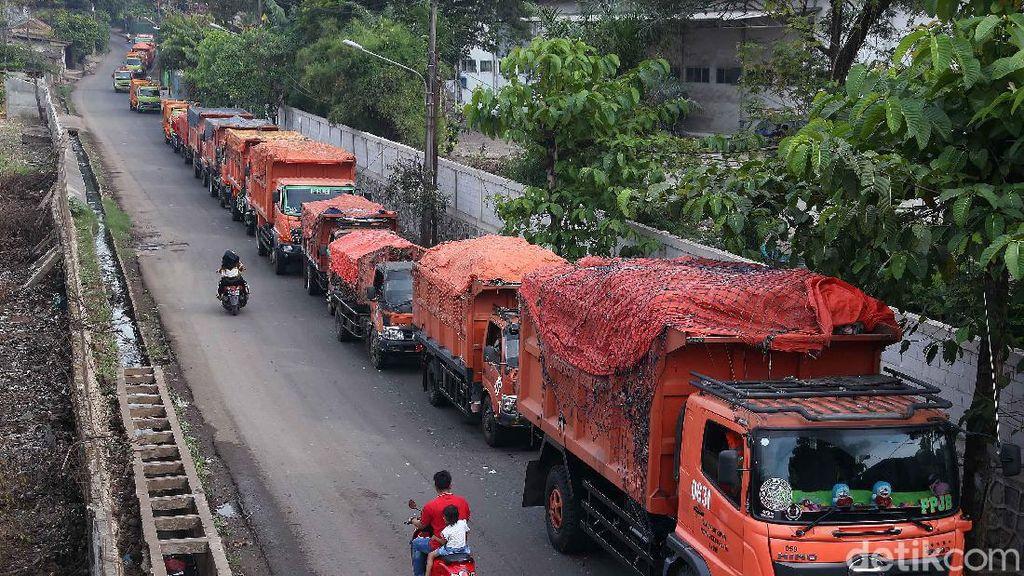 Habis Lebaran Truk Sampah Antri di Bantargebang