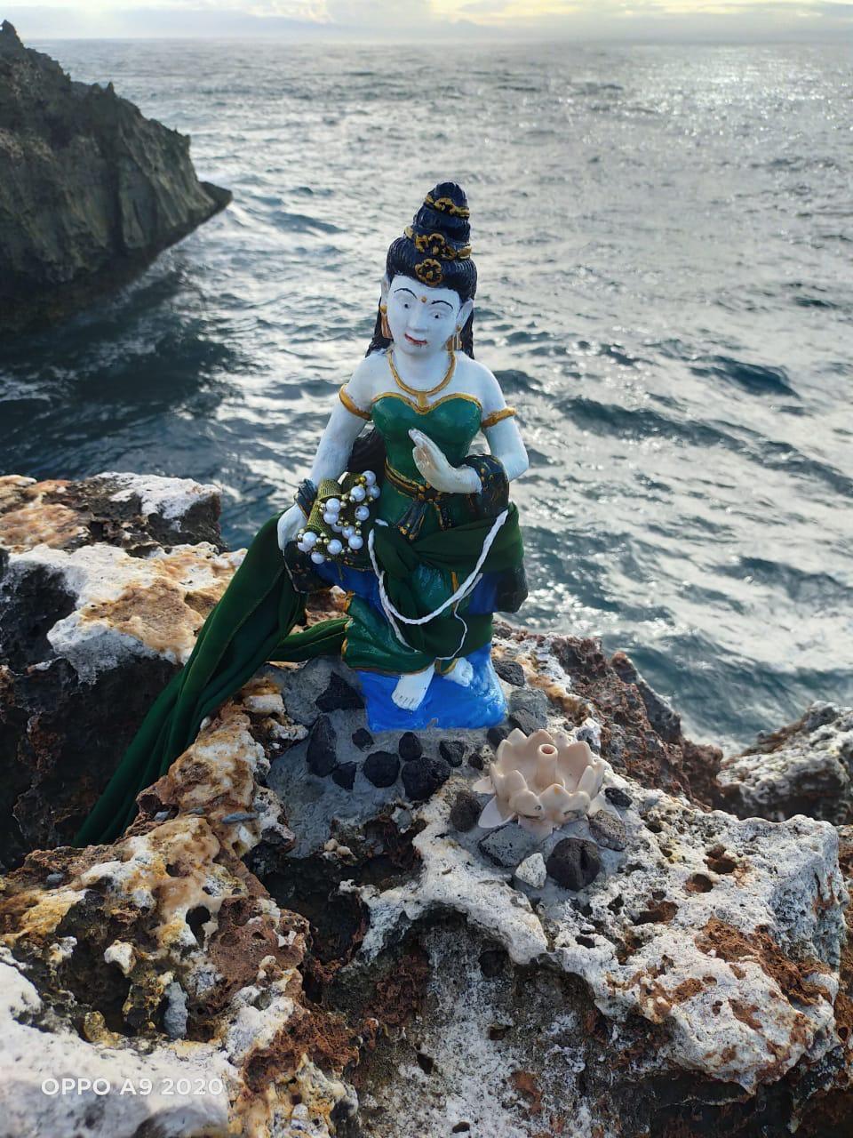 Heboh adanya patung ratu pantai selatan Nyi Roro Kidul yang muncul di atas batu di Waterblow, Kawasan ITDC. Patung tersebut terpasang berdiri di atas batu karang.