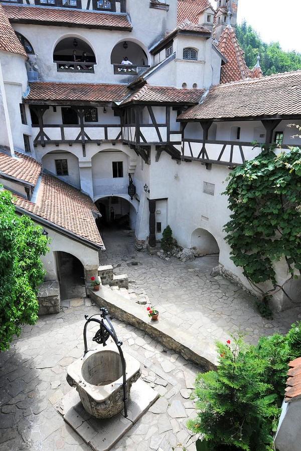 Tujuan dibangunnya kastil ini adalah sebagai garda pertahanan Kerajaan Hungaria dalam menghadapi serangan-serangan musuh salah satunya Kerajaan Ottoman yang menyerang Hungaria pada abad ke-15. Pada tahun 1920, daerah Transylvania berpindah tangan dari Hungaria ke Rumania yang saat itu berbentuk kerajaan. Istimewa/dok.bran-castle.com