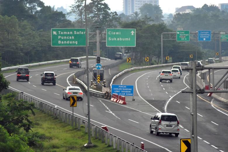 Sejumlah kendaraan roda empat melintas keluar tol Jagorawi menuju jalur Puncak dan Ciawi, Kabupaten Bogor, Jawa Barat, Senin (25/5/2020). Meskipun penerapan Pembatasan Sosial Berskala Besar (PSBB) jilid 3 untuk menekan penyebaran pandemi COVID-19 di wilayah Kabupaten Bogor masih berlangsung namun kendaraan roda empat yang menuju jalur wisata Puncak masih ramai dan sempat terjadi kepadatan di beberapa titik ruas jalan di jalur tersebut. ANTARA FOTO/Arif Firmansyah/hp.
