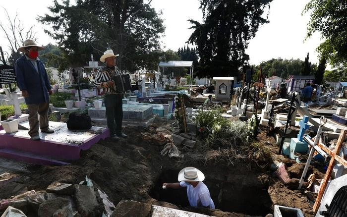 Victor Dzib Cima telah 22 tahun mainkan alat musik untuk iringi pemakaman di Meksiko. Mengandalkan akordion miliknya, ia gantungkan hidup jadi musisi pemakaman.
