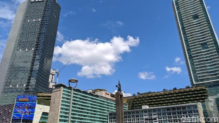 Langit Jakarta saat Idul Fitri berwarna biru cerah, Senin (25/5/2020). Banyak orang tertarik mengabadikannya dengan foto karena disebut indah tanpa polusi.