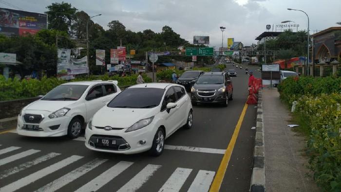 Kondisi lalu lintas di Kawasan Puncak Bogor.