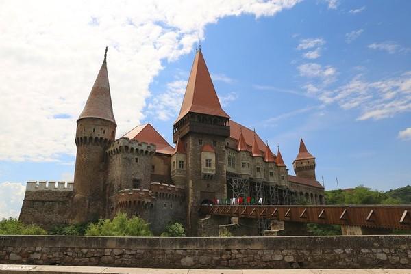 Kastil ini dijadikan lokasi syuting film horor The Nun. Suasana suram dan gelap sangat cocok menjadi latar belakang film horor. Istimewa/ramonakan/rove.me