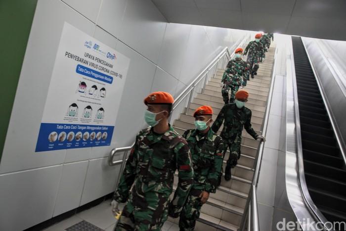 Personil TNI berjaga di Stasiun MRT Bundaraan HI, Jakarta, Selasa (26/5). Kedepannya aparat gabungan TNI dan Polri akan dikerahkan.