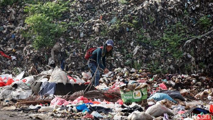 Aktifitas para pemulung saat mengais sampah di bukit sampah yang berada di Tempat Pembuangan Sampah Terakhir (TPST) Bantar Gebang, Kota Bekasi, Jawa Barat, Selasa (26/05/2020).