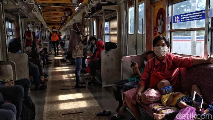Imbauan memakai masker di angkutan umum telah digalakkan sejak penerapan PSBB. Hingga kini para penumpang KRL pun tertib dengan imbauan tersebut.