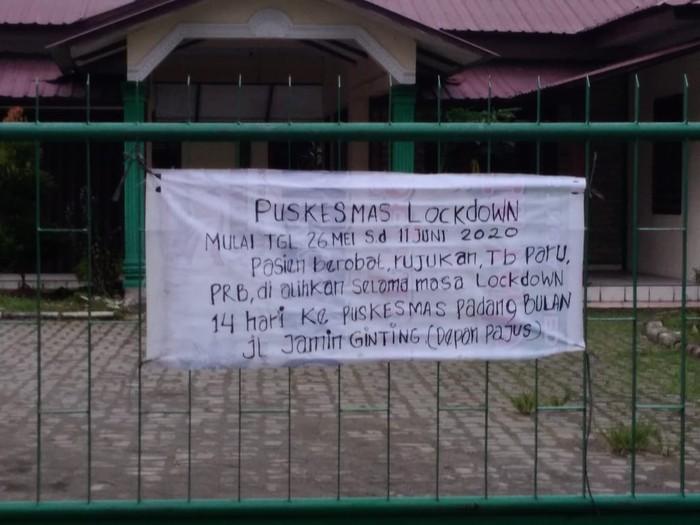 Spanduk di depan Puskesmas di Medan (Datuk Haris Molana-detikcom)