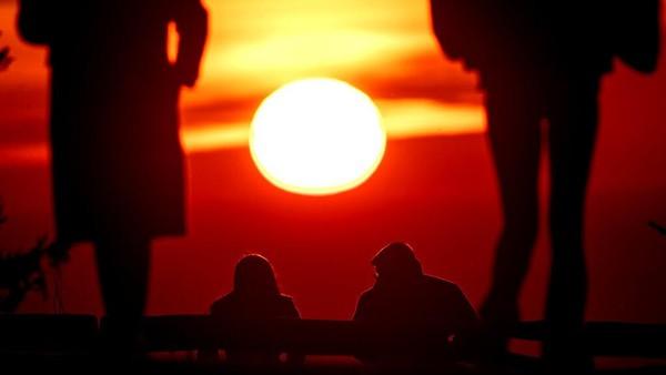 Matahari terbenam juga sanggup membuat nuansa positif di tengah pandemi.