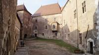 Pondasi yang kokoh, halaman yang luas, bangunan yang megah tentu akan membuat siapapun yang datang terpesona. Tentu saja, kastil ini salah satu bangunan bergaya Gotik-Renaisans yang menawan di Eropa. Istimewa/Thomas Guiset/rove.me