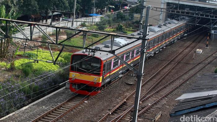 Meskipun tidak ada cuti bersama Idul Fitri 1414 H, penumpang KRL masih terpantau sepi. Seperti yang terlihat di Stasiun Kebayoran, Jaksel, Selasa (26/5/2020).