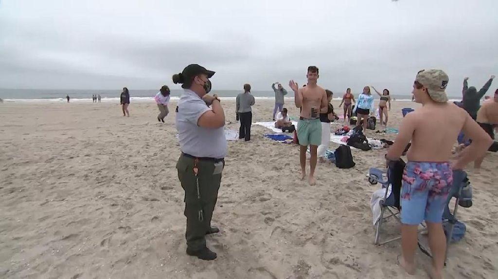Santuy di Pantai, Pelajar di New York Dibubarin Polisi