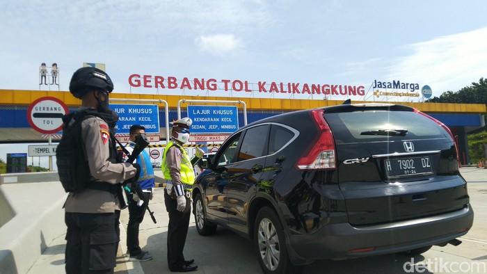 Suasana penyekatan di Tol Kalikangkung, Selasa (26/5/2020)