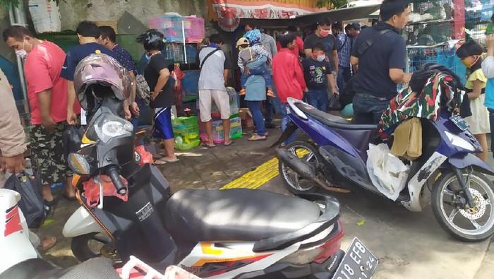 Kerumunan terjadi di Pasar Hewan Jatinegara, Jakarta Timur, siang ini. Warga tampak mengabaikan protokol kesehatan penanganan virus Corona (COVID-19).