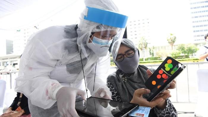 Relawan Indonesia Bersatu Lawan Covid-19 terus melakukan upaya menekan penyebaran Covid-19 dengan melakukan rapid test massal. Kali ini kelompok relawan yang dikomandoi Sandiaga Uno itu menggelar rapid test massal gratis di kawasan Bundaran Hotel Indonesia, Menteng, Jakarta Pusat, Selasa 26 Mei 2020.