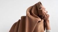10 Gaya Model Zara yang Bikin Bingung, Jongkok di Kompor Hingga Nempel Tembok