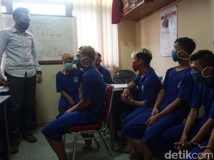 Polisi menangkap 7 pemuda yang mengeroyok petugas Posko COVID-19 di Desa Kaliboja, Kabupaten Pekalongan. Mereka dilarang masuk desa karena tidak memakai masker.