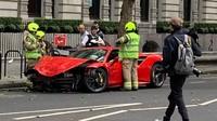 Duh, Ferrari Ringsek Usai Nabrak Bus Tingkat
