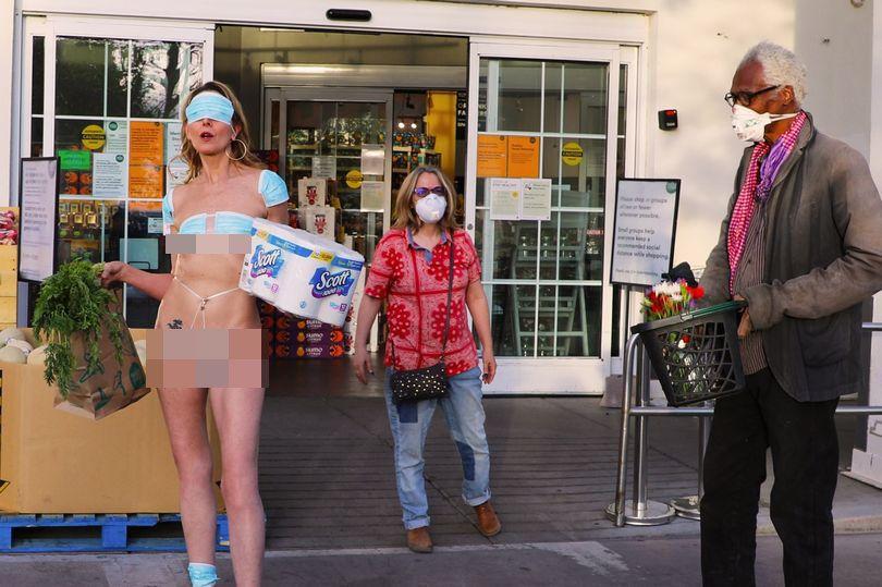 Davida Sal protes lockdown dan jaga jarak sosial karena virus corona dengan pakai bikini dari masker