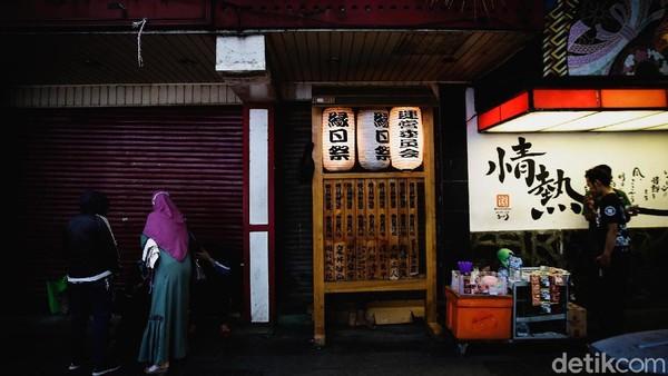 Seperti diketahui, kawasan Melawai, Blok M, tersohor sebagai salah satu tempat nongkrong anak-anak muda di Jakarta. Beragam makanan Jepang yang berdiri di area itu membuat kawasan tersebut dikenal dengan sebutan Little Tokyo Jakarta Selatan.