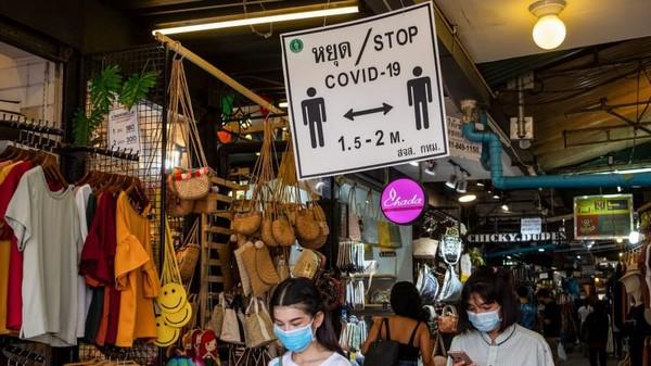 Meski begitu, para pelaku usaha mengaku kurang puas karena target mereka adalah turis. (AFP)