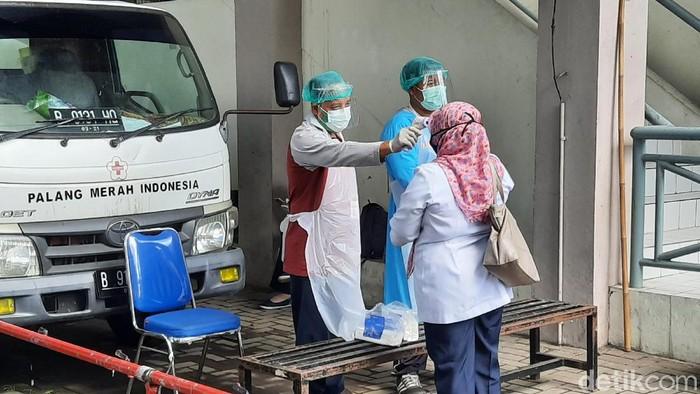 Peserta rapid test massal klaster Indogrosir Sleman saat mendaftar di GOR Pangukan, Tridadi, Sleman Rabu (27/5/2020)