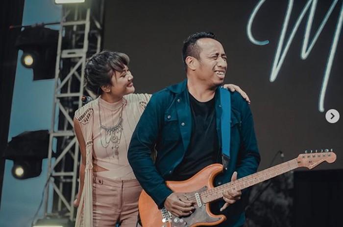 Marion Jola dan gitarisnya, Dennis Talakua.