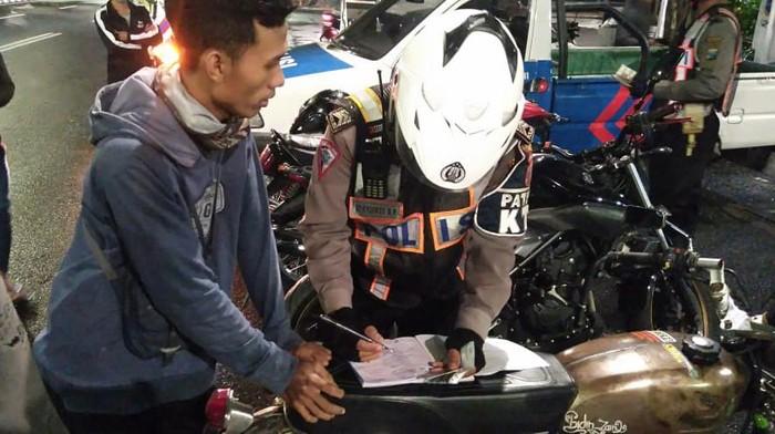 PSBB di Surabaya Raya tilang pemotor yang trek-trekan