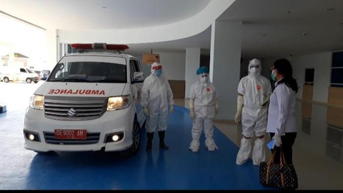Ambulans pengantar pasien positif Corona di Ambon yang semnpat tersesat ke permukiman warga (Muslimin Abbas-detikcom).